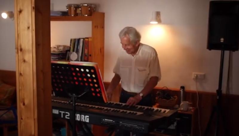 Die kleine Klaviermelodie entwickelt sich